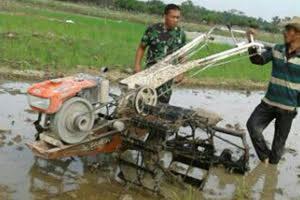 Dengan Alsintan, Babinsa Dampingi Poktan Mengolah Lahan Pertanian