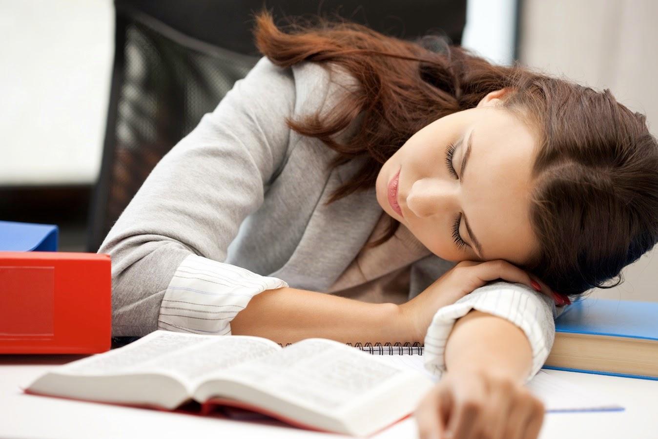 Mengantuk Setelah Makan Siang? Atasi dengan Cara Ini!