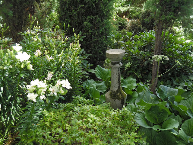 ozdoby z betonu w ogrodzie