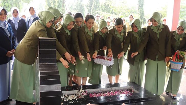Sambut HUT Persit Ke-73, Anggota Persit Cabang L Kodim Surakarta Ikuti Ziarah Rombongan