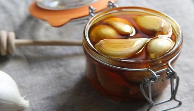 σκόρδο μέσα στο μέλι