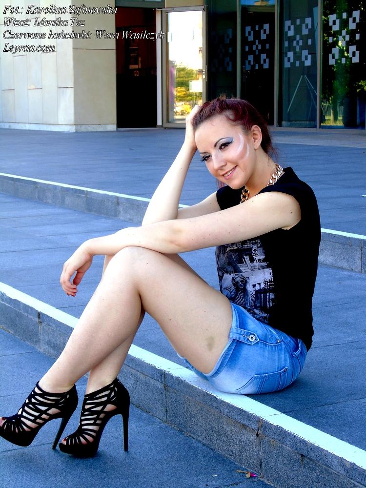 19.06.2017 Czarna koszulka z nadrukiem, jeansowe szorty, naszyjnik łańcuch, szpilki sandałki zamszowe, czerwone końcówki