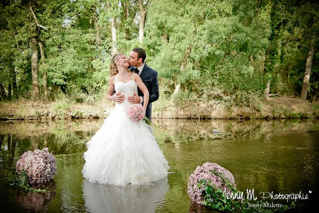 séance couple photos trash the dress mariés dans l'eau de la rivière