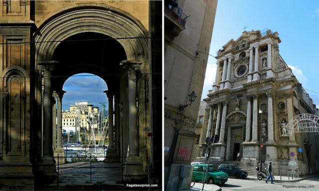 A Marina de palermo vista do arco da Igreja de Santa Maria della Catena e a Igreja da Pietà