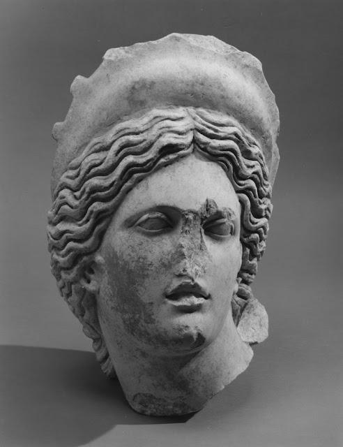 «Ύποπτη» κεφαλή Αφροδίτης και υδρία βγαίνουν στο σφυρί