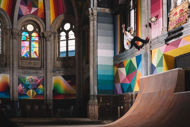 Interior de iglesia skatepark con grafitti de Okuda San Miguel