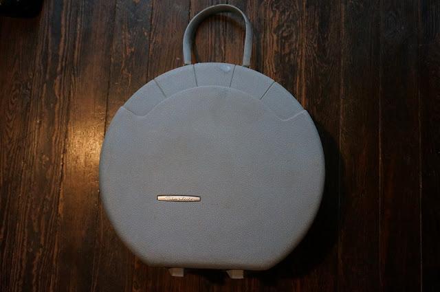 une valise ronde Starflite , ici dans son jus mais après nettoyage , elle est bleue  70s round suitcase 1970s annees 60 70 vintage 1960s 60s