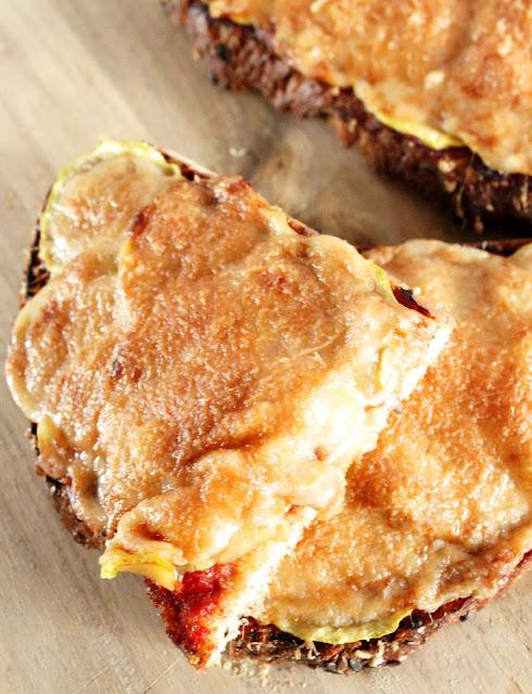 Tosta de calabacín tomate y queso