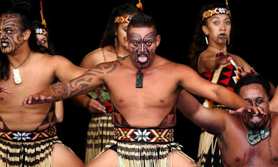 Guerreros ejecutando la haka