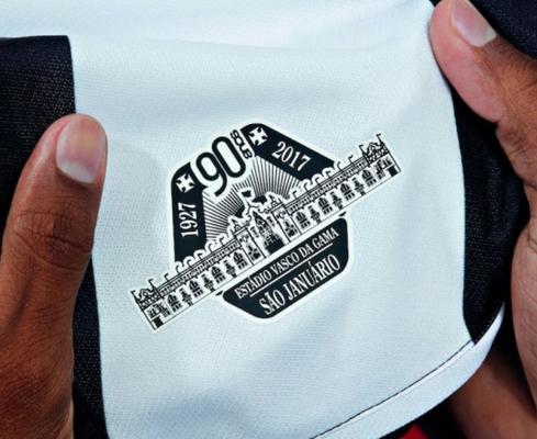 Las dos camisetas usan la misma plantilla de mangas raglán ventiladas con  cuello con solapas y terminación frontal. El lugar es negro con una banda de  cruz ... 1074c7824c124