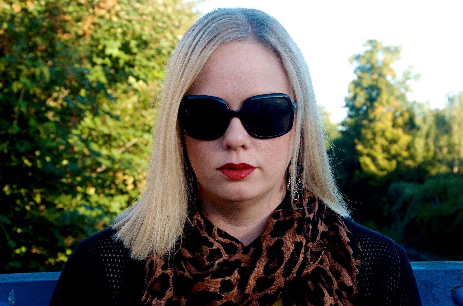 leopard scarf, red lipstick, black sunglasses
