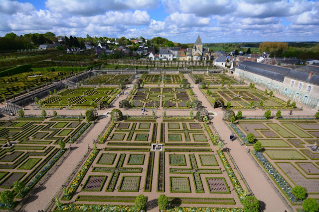 Vue d'une partie des jardins. ceux d'ornement. Il y a trois terrasses au total, séparées par un canal : jardin potager, jardin d'ornement en deux parties, et le potager