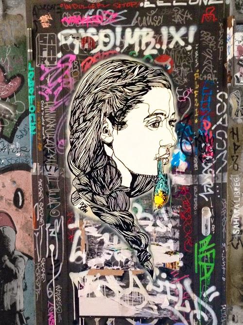 Street Art in Berln Touristenviertel Deutschland Berlin Mitte Mädchen old-school toter Vogel Kolibri Vögel essen