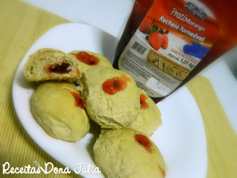 Pão de coco com geleia de morango