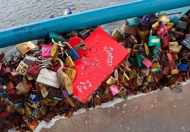 Kłódki na Moście Tumskim (Moście Zakochanych) we Wrocławiu