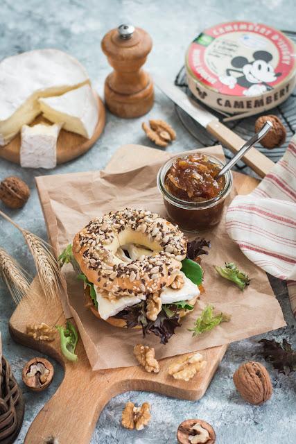 Bagels au camembert Isigny Sainte-Mère et confiture d'oignon