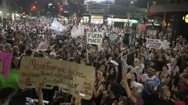 Continúan los ruidazos contra el aumento de tarifas en Argentina