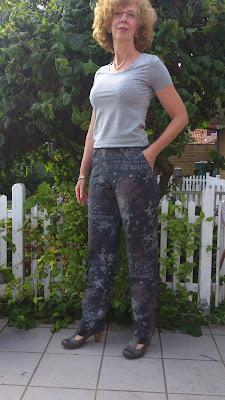 98e9a803 ... smallere) og den lysegrå nederdel (mønster tegnet af efter en nederdel  fra PBO - helt enkel - eller kedelig som min mand siger.