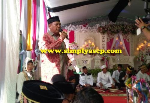 MC :  Master Of Ceremony (MC) membacakan tata urutan sekaligus melaporkan secara love prosesi acara lamaran ini hingga selesai.  Foto Asep Haryono