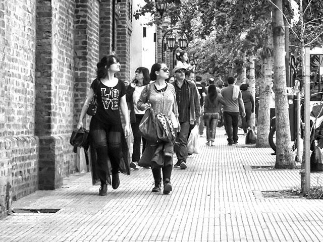 ByN. Mujeres paseando por -Recoleta,Buenos Aires.