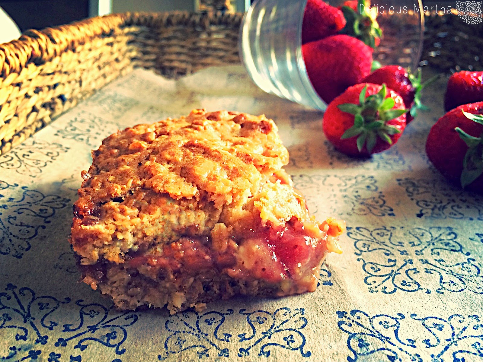 Strawberry Honey Oatmeal Bars [Barritas de miel y avena con fresa]