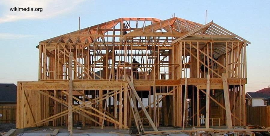 Estructura de una casa con marcos de madera