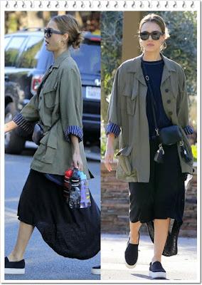 ジェシカ・アルバ(Jessica Alba)は、スミス(Smythe)のアーミージャケットとザ グレート(The Great. )のシャツテールTシャツ、ポップ アンド スキ(Pop & Suki)のカメラバッグ、ヴィンス(Vince)のスリッポンスニーカーを着用。