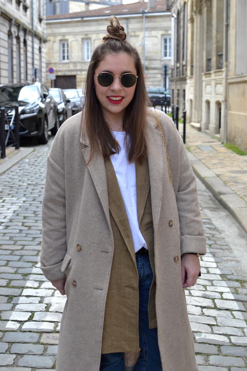 manteau beige American Vintage, Sac en osier noir Zara, Ray Ban, t-shirt blanc Zara, veste en lin zara, jean Pull and Bear