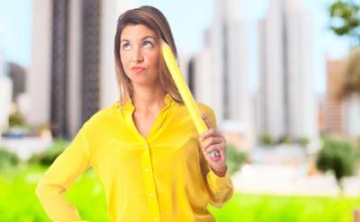 إستعمالات غريبة ومفيدة لممحاة القلم المساحة قلم رصاص كبير ضخم امرأة تمسك woman carry hold huge large pencil