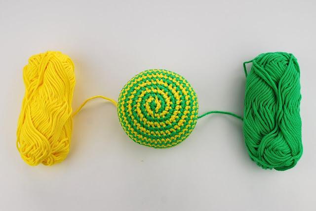pelota_sonajero_bebé_amigurumi_ganchillo_espiral_cambiar_color