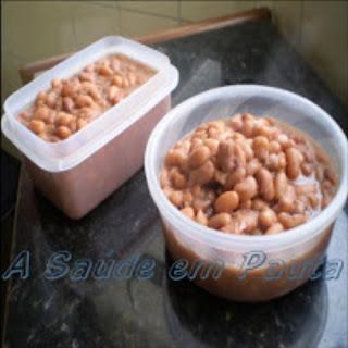 Foto com dois recipientes contendo feijão cozido