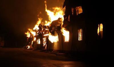 Ngọn lửa hung hãn bốc ra từ nhiều phía của công ty Y&J International bất chấp trời mưa rất to