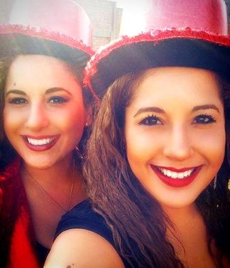 Foto de las gemelas Andrea e Irene Ramos con sombrero rojo