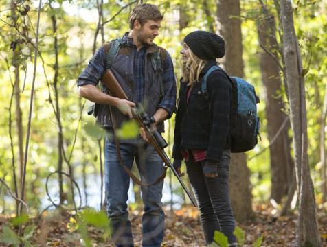 Evan Walker (Alex Roe) y Cassie Sullivan (Chlöe Moretz) en La quinta ola - Cine de Escritor