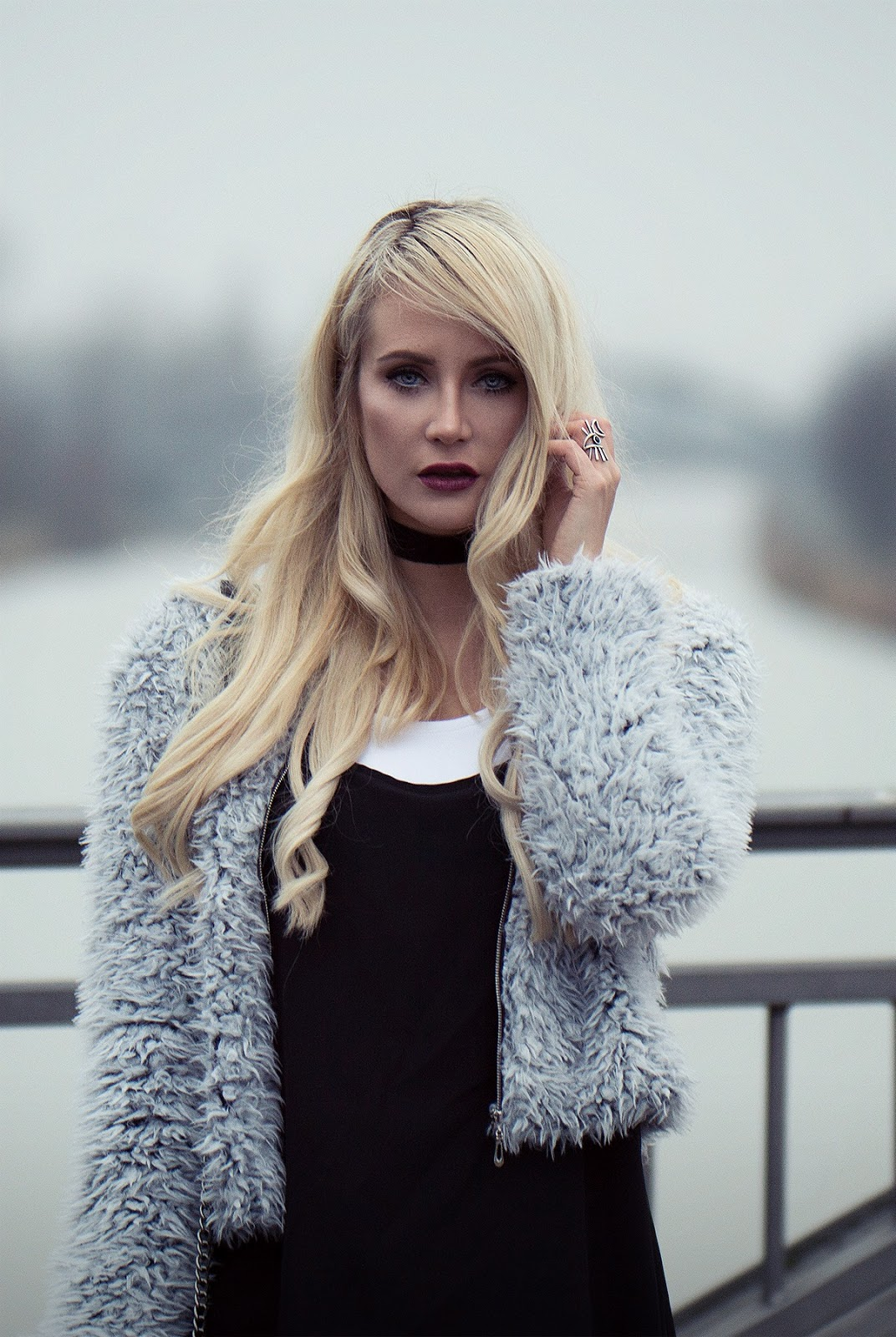 Ashblonde fashionblogger with velvet lips and fluffy jacket from sassyclassy
