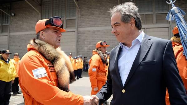 Resultado de imagen de Ministro de Defensa despide al ARA Puerto Argentino