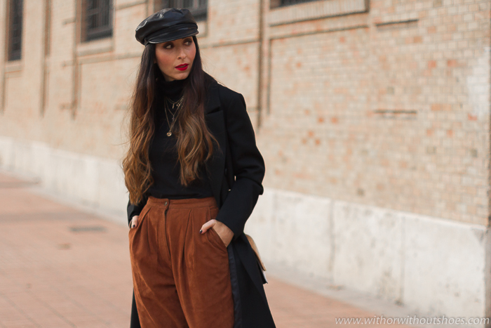 influencer Valencia tendencias Streetstyle outfit idea como combinar abrigo negro con pantalones de ante y gorra de cuero