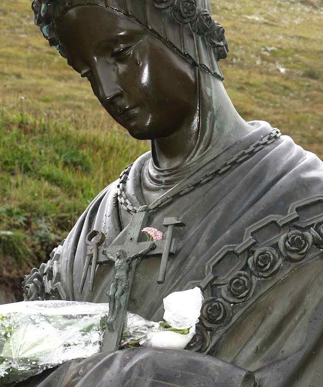 A Cruz e o colar de rosas de Nossa Senhora em La Salette.