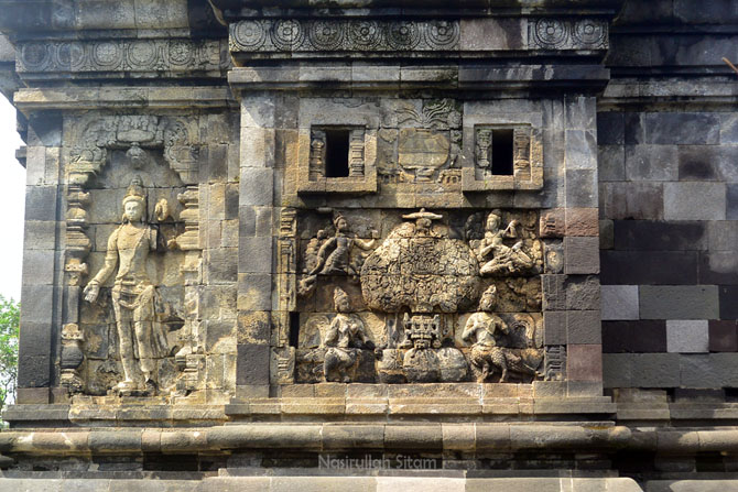 Relief yang terpajang pada dinding Candi Pawon