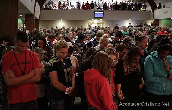 Comunidad orando en iglesia