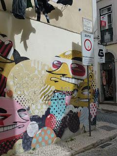 Sonderbare Gesichter von Sumo in einer der unzähligen engen Gässchen von Lissabons Weggeviertel Bairro Alto