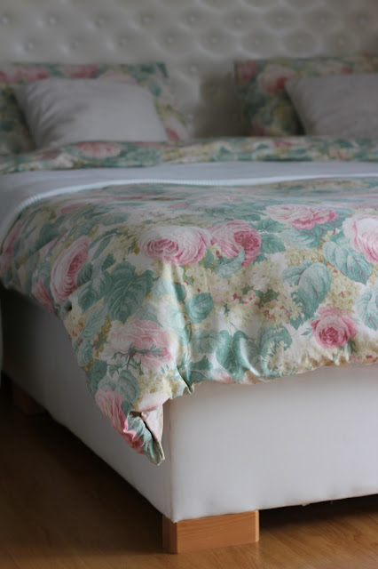 pościel Sanderson, pościel w kwiaty, pastelowa pościel, wiosna w sypialni, kącik czytelniczy