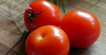 Memutihkan kulit tangan dengan tomat