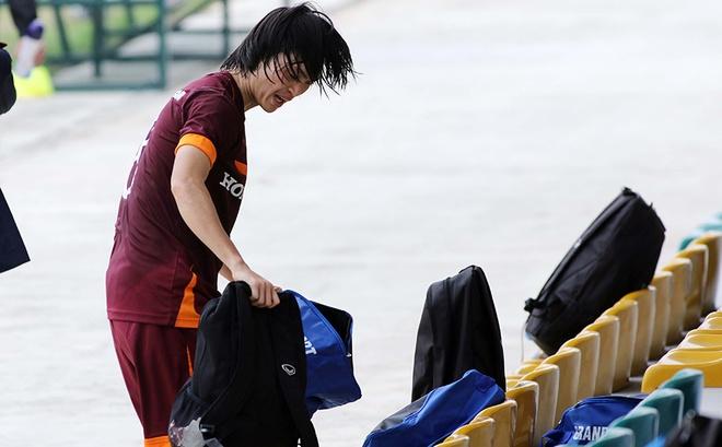 Tiền vệ có lối chơi hào hoa này đã phải ngồi ngoài sân để cổ vũ đồng đội của mình.