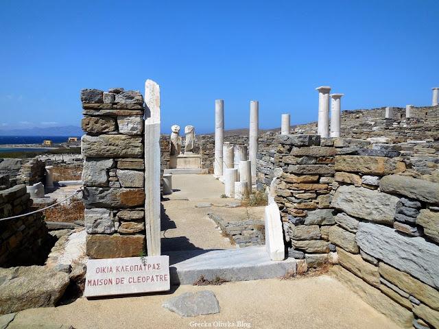 Dom Kleopatry i Dioskuredesa, kopie posągów na tle bezchmurnego greckiego nieba Delos Grecja