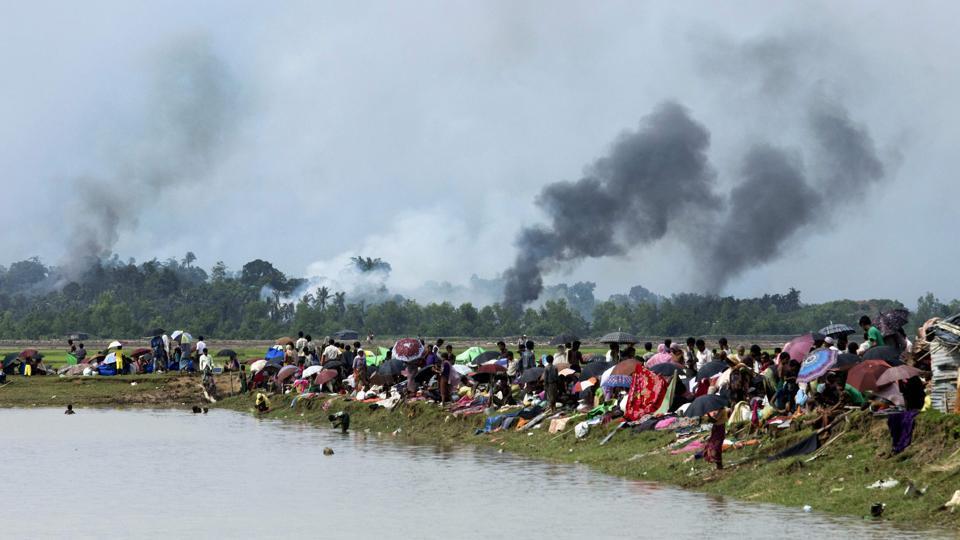 Warga Rohingya mengungsi setelah desa mereka dibakar