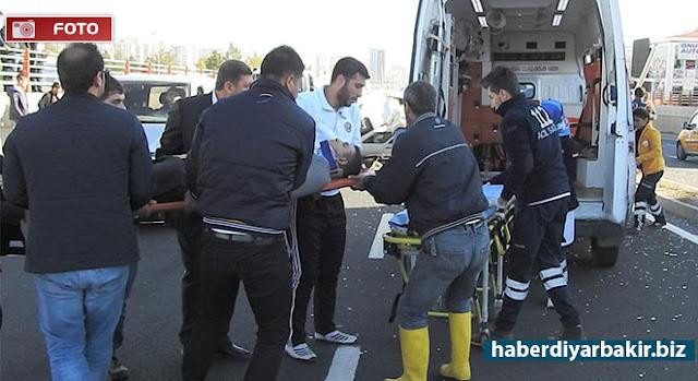 DİYARBAKIR-Diyarbakır'ın Kayapınar ilçesinde otomobilin refüjdeki aydınlatma direklerine çarpmasıyla meydana gelen kazada bir kişi yaralandı.
