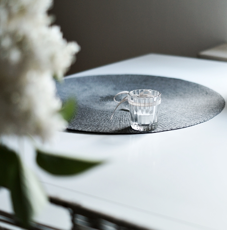 kleines Teelicht auf einem grauen Tischset { by it's me! }