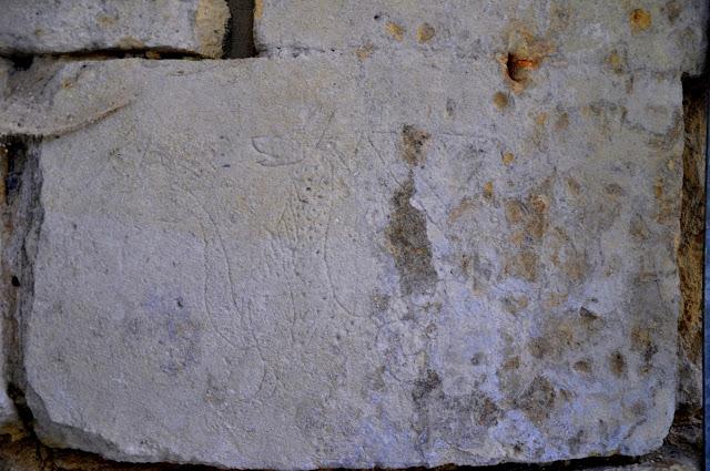 Romański kościół w Zagości, fundacji krzyżowca Henryka Sandomierskiego - relief w ścianie przedstawiający smoka
