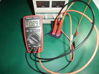 O SR10S3A em uso com uma carga de 56Ω. A tensão está ajustada para cerca de 5V e, por conseguinte, a corrente medida é de 89mA.